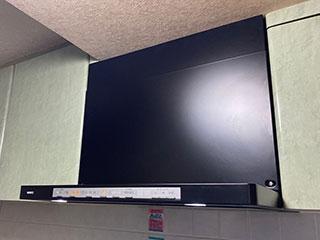 2021年7月31日、東京都中央区にお住まいのS様宅のレンジフードをノーリツ「クララ(コンロ連動なし)」NFG6S21MBAに交換させていただきました。